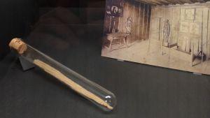 Relikvarium med spån av Martin Luthers säng som skulle användas som saliggörande tandpetare.