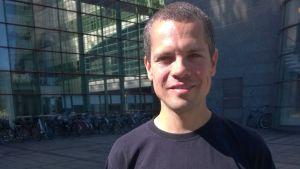 Ville Holmberg är oroad för de papperslösa som blir utan vård