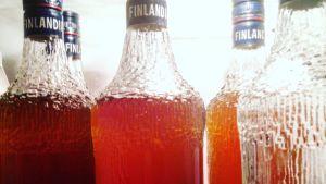 Finlandia votkapulloja täytettynä mehulla
