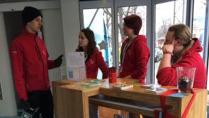 Unga frivilligarbetare i Lutherlastbilen