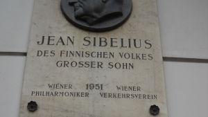 Sibeliuksen muistolaatta Wienissä