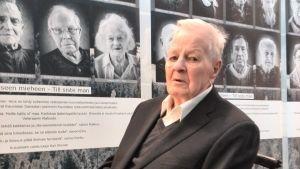 93-årige Eino Auvinen på utställningen Viimeiseen mieheen, till siste man.