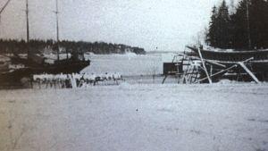 """Träskutan Lyra byggd på Kitö i Sibbo,  bild ur Per-Gustaf Wickholms bok """"Skutor i Sibbo under 1900-talet"""""""