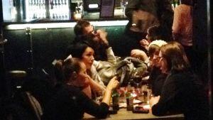 Maria Sveland sitter på en bar