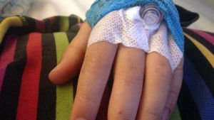Kanyl i barnhand.