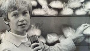 Ulla gyllenberg vid en brödhylla