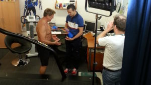 Mitt triathlons Stig Andersson blir testad hos idrottsfysiolog Mika Lehtonen