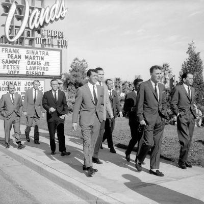 Frank Sinatran johtama rosvojoukko elokuvassa Kovat kaverit