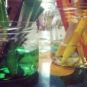 Tuschpennor i glasburkar fyllda med vatten