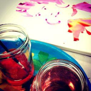 Akvarellmålning med färg i förgrunden