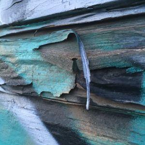 Turkooseja ja violetteja sävyjä, hilseilevä maalia graffiti Tampere puutalon seinä 2016