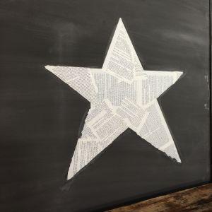 En stjärna gjord av boksidor limmade på en vägg