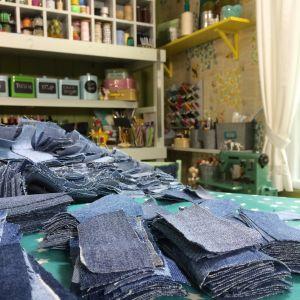 Klippta jeanslappar i högar på ett bord