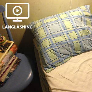 En obäddad säng med en kudde.