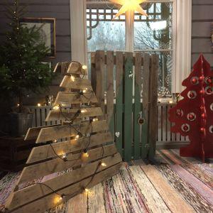 tre alternativa julgranar gjorda av trä
