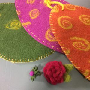 Tovade produkter: sittunderlag, ring och rosenbrosch