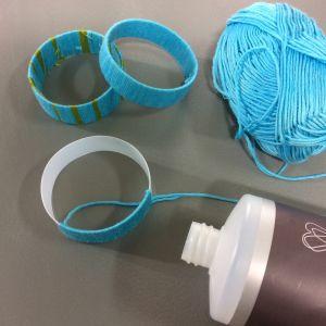 Armband av shampoflaska och garn