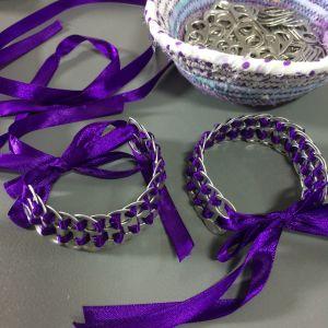 Armband av sidenband och metallöglor
