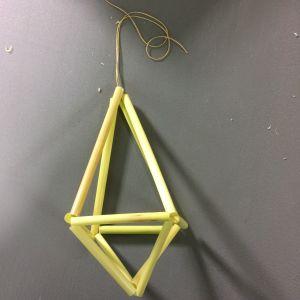 Vasstrån uppträdda på tråd och formade till en kristall.