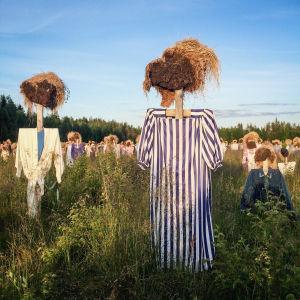 Hiljainen kansa -teoksen heinäseiväshahmoja, joilla päällään sinivalkoisia hahmoja.