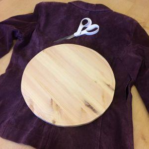 Takki, sakset ja pyöreä puupala