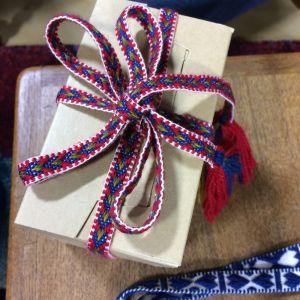 Pirtanauhasta tehty lahjapaketti