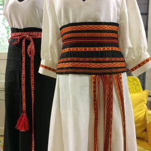 Kläder dekorerade med vävda band