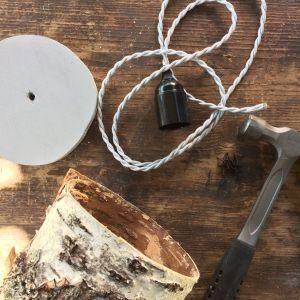 Material till en lampa ligger på bordet