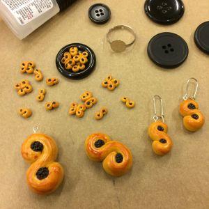 Lussebullar i miniatyr som görs till smycken