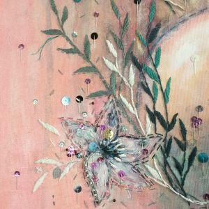 Detalj av en blomma i ett verk av Mirja Marsch