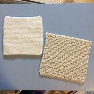 Två stickade kvadrater, den ena tovad och den andra ännu inte tovad i tvättmaskin.
