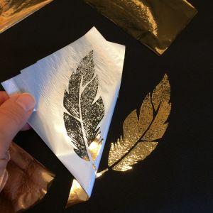 Guldfärgad textilfolie lyfts från tyget och motivet framträder