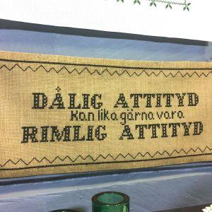 Korsstygnsbroderi med texten: Dålig attityd kan lika gärna vara rimlig attityd.