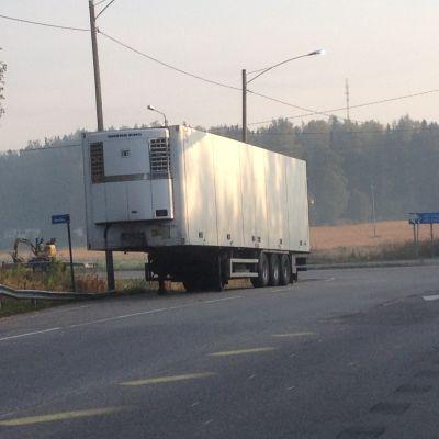 Felparkerat långtradarsläp i Tolkis i Borgå
