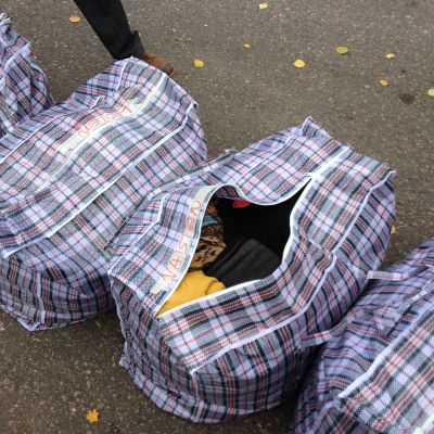 Väska med varma kläder som ges till flyktingar.