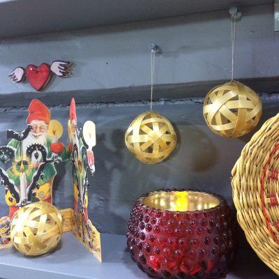 Traditionella juldekorationer med tomtar och halm.
