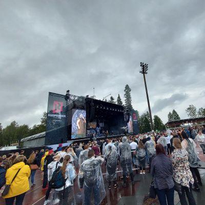 Yleisöä kuuntelemassa keikkaa Kuopiorockissa kesällä 2021.