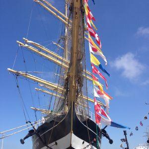 Ett stort fartyg med flaggor fotograferat framifrån.