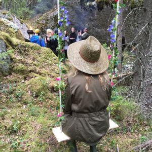 Tuhkimotarinoiden Nanna, Outi metsässä keinussa