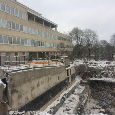 Ett tiotal fönster skadades i en sprängningsolycka på Universitetsbacken i Åbo.