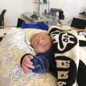 En nyfödd Charlie fick ibland följa med mamma Elin Sandholm till jobbet. Här tar han en tupplur i studion, endast sex dagar gammal.