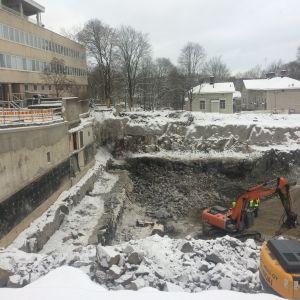 En stor grop där sprängningsarbeten gjorts. Två grävskopor finns i gropen.