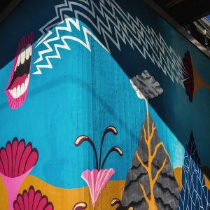seinämaalaus Martinlaakson juna-aseman odotuslaiturilla, huulet ja kaiutin, tulivuoria