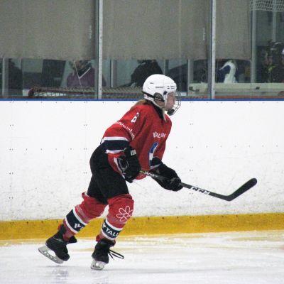 flicka spelar ishockey