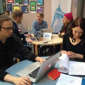 Arkkitehdit Anssi Kankkunen ja Hilla Rudanko Oulun työpajassa