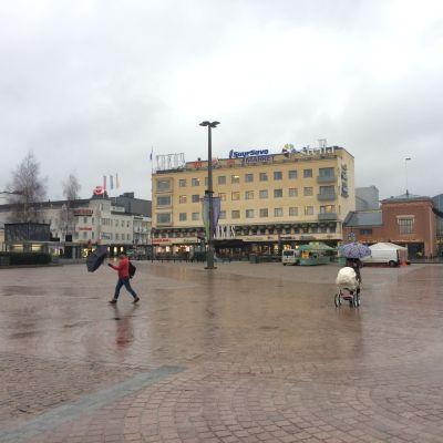 Mikkelin kaupungintori ja Liisa-myrsky torstaina aamupäivästä.