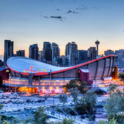 Bild över hockeyarenan Saddledome och Calgary.