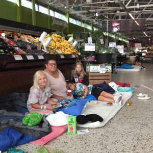 En familj sitter på butiksgolvet