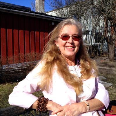 kvinna på bänk utomhus