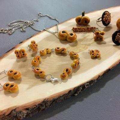 Smycken gjorda av miniatyrlussebullar i hobbylera